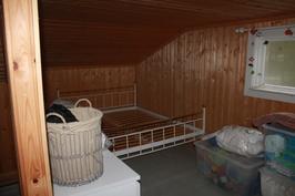 Yläkerran pienempi makuutila