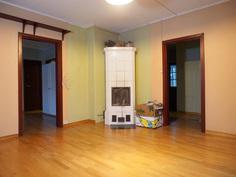 Olohuoneessa on varaava takka 2000-luvun alkupuolelta.