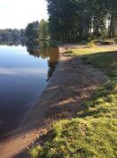 Läheisen Kesäniemen rauhallisempi uimaranta.