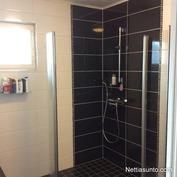 Laadukkailla materiaaleilla remontoitu kylpyhuone.