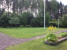 Talon takapiha on suojaisa ja rauhallinen.