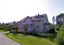 Talo edestä päin kuvattuna.
