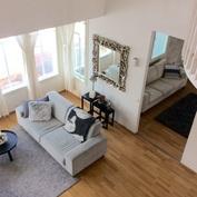 Olohuoneen suuri huonekorkeus havainnollistuu yläkerran aulatilasta alas katsottaessa.