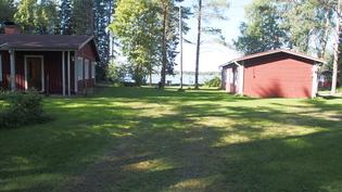 Oikealla päärakennus, vasemmalla majoitusrakennus