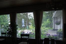 Olohuoneen isoista ikkunoista näkymä ulos