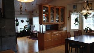 Olohuoneen ja keittiön tilanjakaja