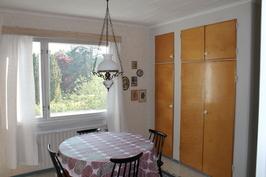 Keittiön viereinen huone
