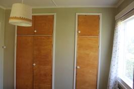 Länsipäädyn makuuhuoneen kaapistoa