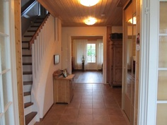 Lasikuistilta näkymä eteisen ja olohuoneen läpi terassin ovelle