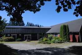 Ulkovarasto ja autotalli, entisiä maatilan talousrakennuksia.