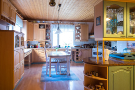 Aloitetaan päärakennuksen sisätilojen kierros kodin sydämestä eli upean tilavasta keittiöstä.
