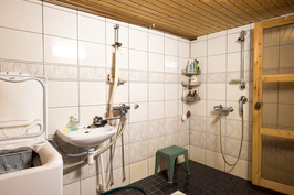 Kaakeloitu suihkuhuone, jossa myös pesukoneliitäntä ja tietenkin lattialämmitys.