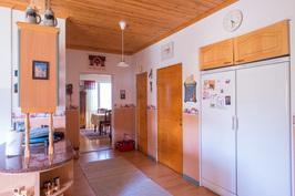 Keittiössä on runsaasti säilytystilaa ja käynti kellarikerrokseen.