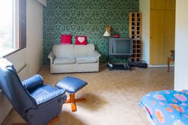 Tilava makuuhuone, jossa myös vaatehuone.