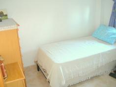 Pienempi makuuhuone. NS kengurusänky, eli alta tulee toinen sänky joka nousee samalle korkeudelle.