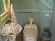 Vanhemman mökin Separett Villa erotteleva vessaistuin ja käsienpesu porakaivovedellä.