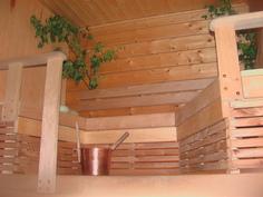 Uudemman mökin juhannus-sauna on lämmin.