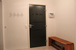 Pukuhuone, käynti pesuhuoneeseen ja saunaan