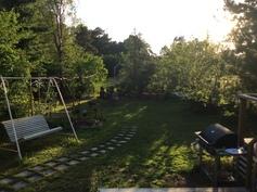 Ilta-auringon leikki varjoineen ja valoineen houkuttaa jatkamaan oleskelua patiolla pitkälle iltaan