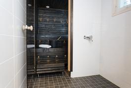 Suihkutilat ja sauna on tyyliltään vaaleaa ja tummaa.