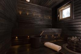 Tyylikäs Lappi henkeä huokuva sauna, jossa hieno valaistus, joka talvisin tuo esiin Lapin mystiikan