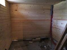 Kellarikerroksen sauna.