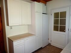 Kodinhoitohuoneessa on lämminvesivaraaja ja ilmanvaihtokone.