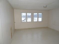 Toinen yläkerran makuuhuone on myös tilava,