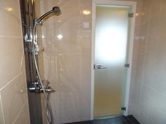 Upea ja uusittu kylpyhuone. Lasiovi kodinhoitohuoneeseen.
