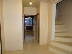 Eteisestä on portaat ylä- ja alakertaan.