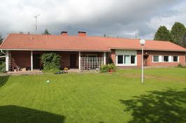 Päärakennus, jossa kaksi asuinhuoneistoa.