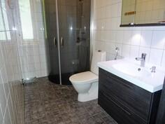 Makuuhuoneiden läheisyydessä on wc/suihkutila.