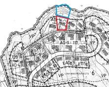 Karttaan on merkitty punaisella tontti, sinisellä määräala