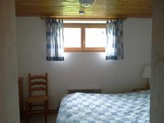 Makuuhuone alakerrassa, ikkunasta hienot maisemat