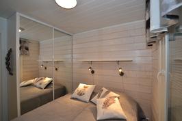Keskikerroksen makuuhuone parivuoteella (C Markku Mäntylä)