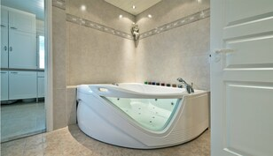 Tilava kylpyhuone poreammeella