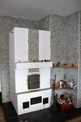 Takka lämmittää koko talon, takka pinnoitettu ja seinä laatoitettu keittiöön asti n. 2015