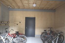 Pyörävarasto (kylmä) käynti suoraan pihalta, jonka takana vielä iso lämmin pyörävarasto!