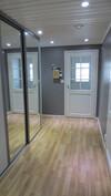 Vasta seinällä kokoseinänkorkunen liukuovikaappi kaaapissa valaistus syttyy kun avaa oven