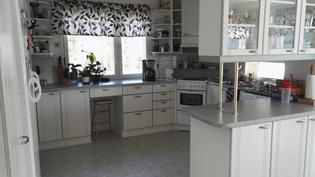 keittiössä paljon kaappi- ja pöytätilaa, helppo kattaa ruoka tarjoilupöydälle :)