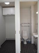 Pukuhuone ja WC, jotka joissain asunnoissa on jälkikäteen yhdistetty. Onnistuu tässäkin.