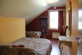 Yläkerrassa on neljä makuuhuonetta