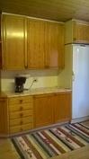 Keittiön työtilaa ja kaapistoa.