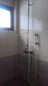 Pesuhuoneen suihkutila.