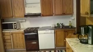 Keittiökaapistoa ja -koneita.