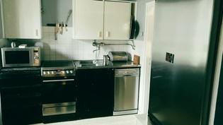 Alakerran keittiö (on myös liesituuletin).