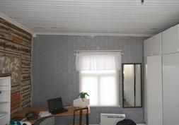 Kaustisenpuoleinen päätyhuone, ikkuna Salonkyläntielle
