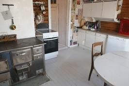 keittiö eteisen suuntaan, puuhella ja sähköhella