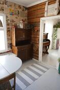 keittiön läpi olohuoneen oven suuntaan