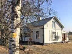 myyntikyltti tienvarressa puussa, talon pääty ja takaterassi